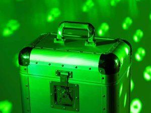 Typischer Plattenkoffer in grünem Licht